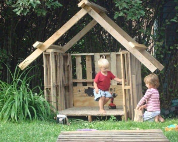 Byg selv legehus lad børnene hjælpe til