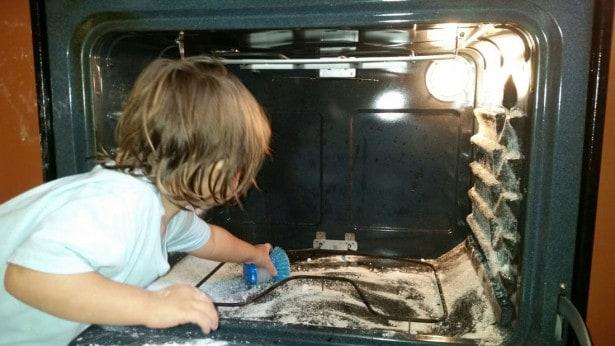 Rengøring af ovn med natron