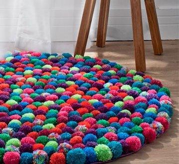 Unikt tæppe af pomponer