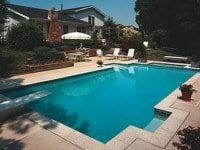 Svømmepøl og terrasse