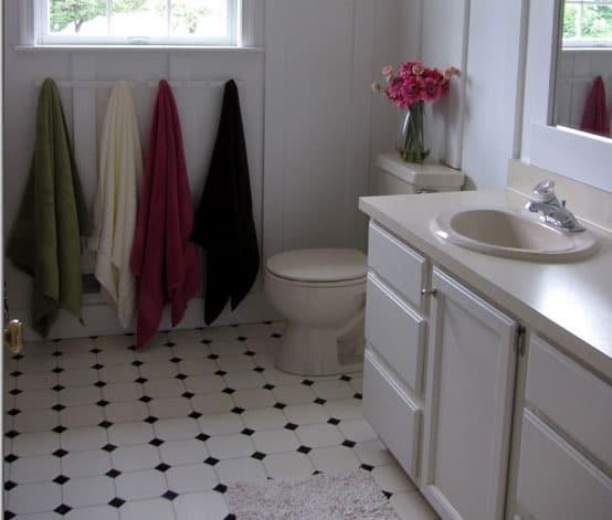 Et hvidt og sort mønster klæder ethvert badeværelse